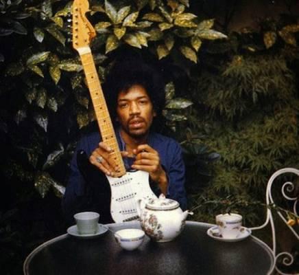 La última foto de Jimi Hendrix, tomada por su novia posa junto a su legendaria guitarra eléctrica