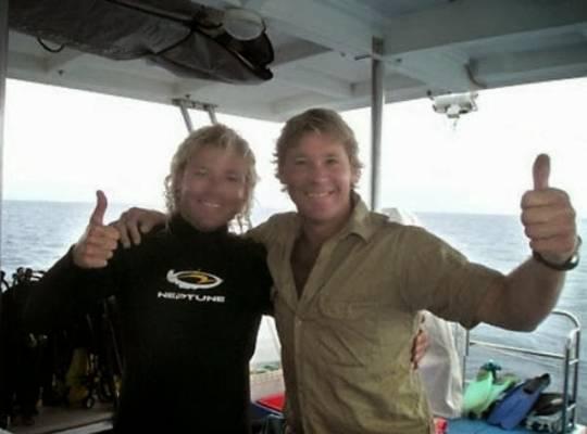 Steve Irwin, posando con el biólogo marino Chris Jones en su barco, el Croc I, sólo dos días antes de su muerte en 2006
