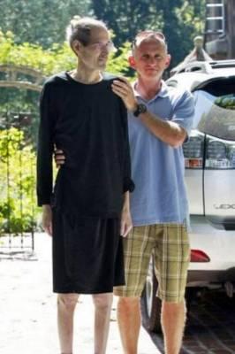 Steve Jobs es ayudado a salir de un coche por un amigo frente a su casa en California el 26 de agosto de 2011