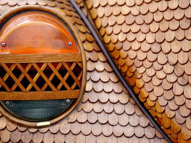 Detalle de la luz indicadora del Beetle de madera. Foto: Infobae