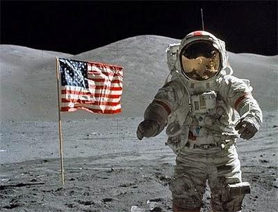hombre-en-la-luna-ondea-bandera