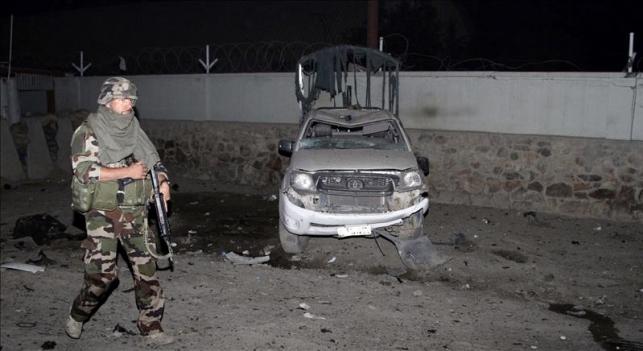 Fuerzas Armadas Afganas con carro quemado