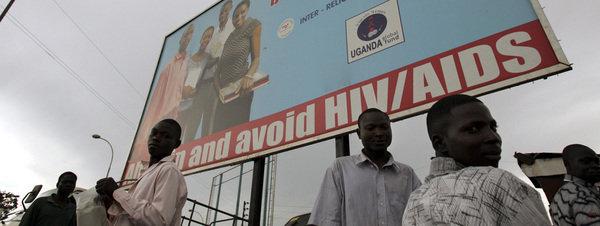 Ugandeses miran anuncio de HIV