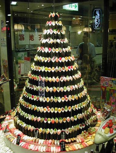 Una delicia, un árbol hecho con conos de sushi de muchos sabores
