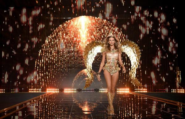Oro, metal, fuego… ¡Comenzó el show con 'Gilded Angels'!