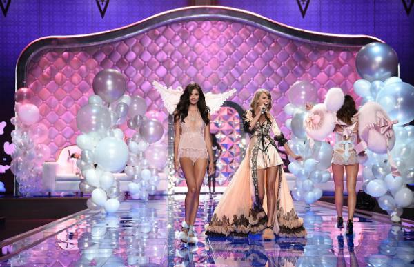'Dream Girl', contó con la primera actuación de Taylor Swift y un Puesta en escena muy bucólica y con tonalidades pastel