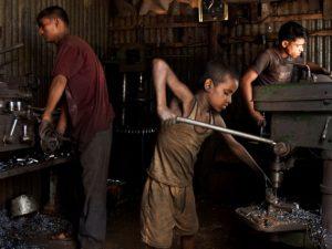 Samim trabajando en una fábrica de utensilios de cocina (2006) Foto: G.M.B. Akash.