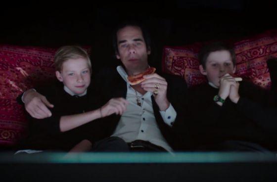 Nick Cave con sus dos hijos