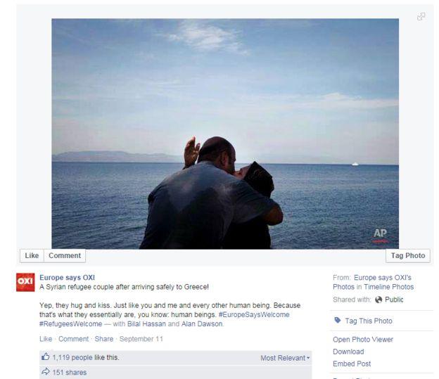 Una pareja se besa luego de alcanzar la costa griega.