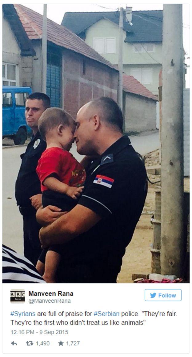 Un policía de Serbia con uno de los niños que llegó al país rumbo a Europa tras atravesar las fronteras de Grecia y Macedonia. La foto fue tomada por la productora de la BBC Manveen Rana.