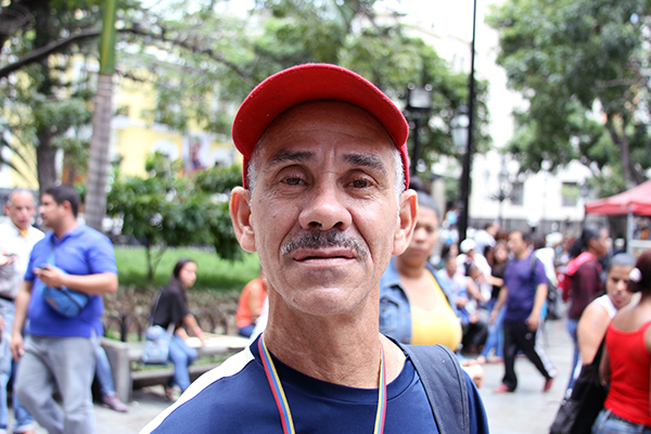 """El señor Néstor Rodríguez comentó que apoya las medidas tomadas por el Presidente Nicolás Maduro, sin embargo espera que las mismas sean momentáneas. """"Estoy de acuerdo pero espero que sea momentáneo. Todos los hermanos colombianos son bienvenidos"""". Foto: Daniel Tineo"""