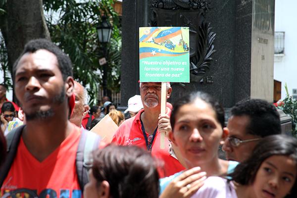 """La Plaza Bolívar fue el escenario del foro """"La Frontera Sí Tiene Quien Le Escriba"""" . Foto: Daniel Tineo"""