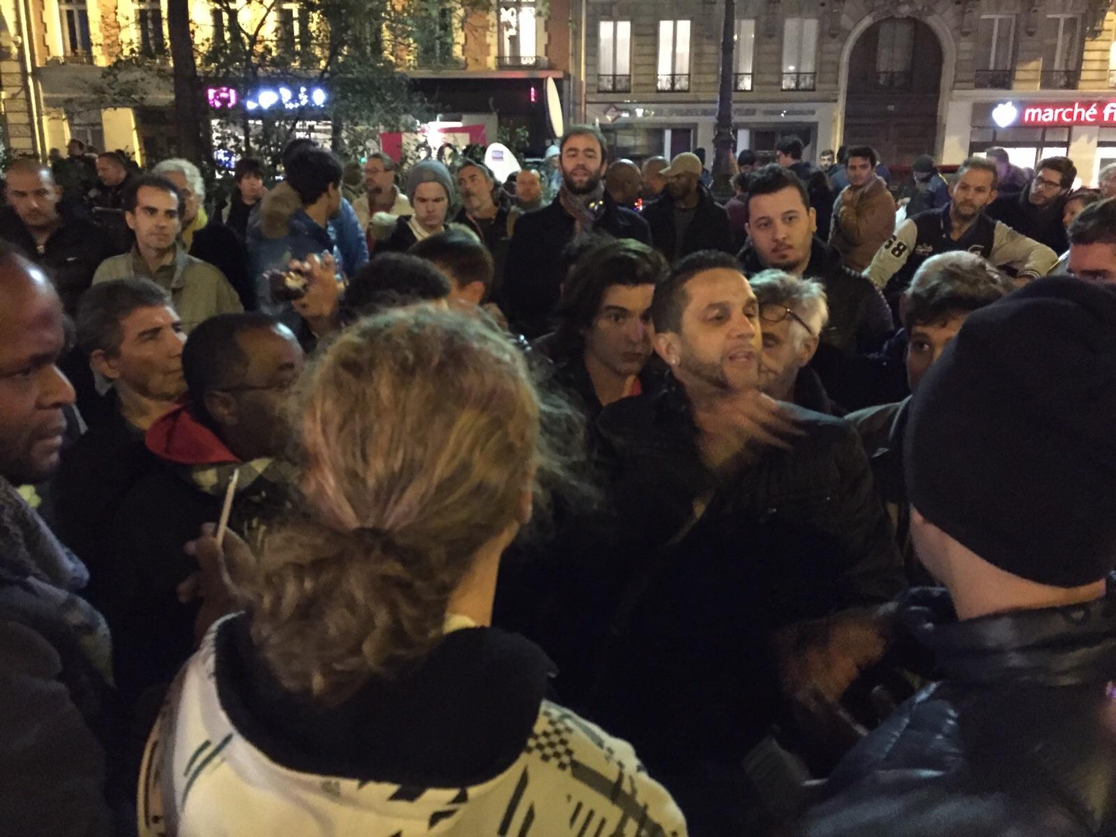 Parisinos buscan información frente a Bataclan / Foto Cel: Iñki.