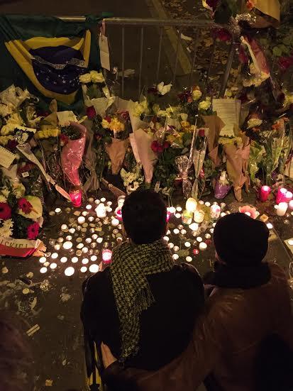 Bandera de Brasil junto a las flores y las velas / Foto Cel: Iñaki.