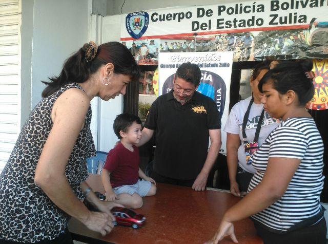 La muchacha de la derecha de camisa de rayas,  fue quien encontró al niño