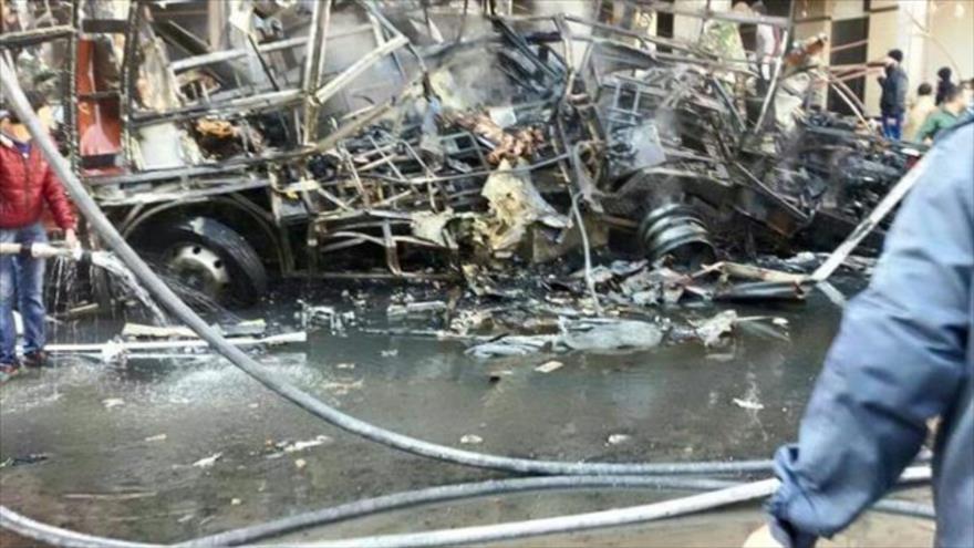 Bomberos intentan apagar el fuego producido por las explosiónes en la capital Siria, Damasco