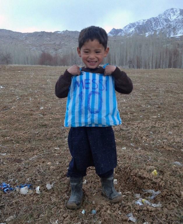 Murtaza Ahmadi, 5 años, con su camisa elaborada con una bolsa de plástico simulando ser el futbolista Messi