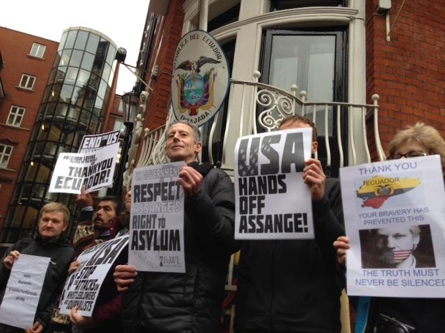 Manifestantes en apoyo de Julian Assange frente a la Embajada de Ecuador, en Londres