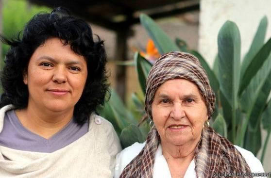 Berta Cáceres junto a su madre quien le enseñó a sus hijos el valor de defender a las personas privadas de derechos