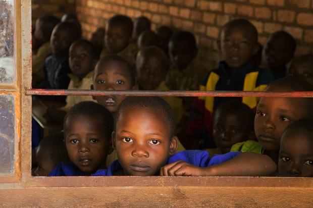 Niños africanos hacinados en un aula