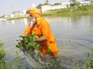 hombre-limpia-río-con-sus-manos