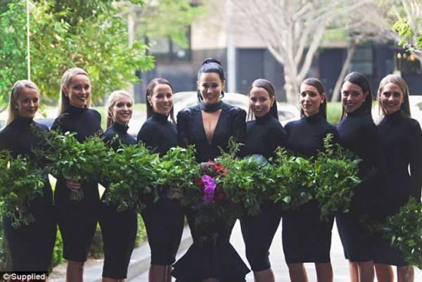 Las damas de honor usaron el mismo color para acompañar a la novia