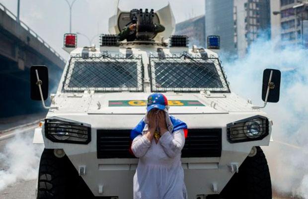 mujer-tanqueta-Venezuela-guerra