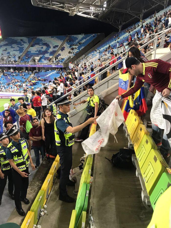 policia surcoreana decomisa pancartas a veenzolanos