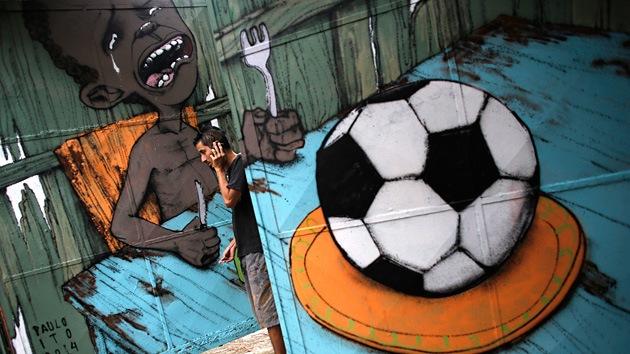 Mural que protesta el exceso de importancia del mundial sobre otros problemas