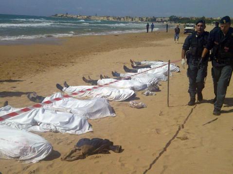Cadaveres cubiertos en playa Lampedusa