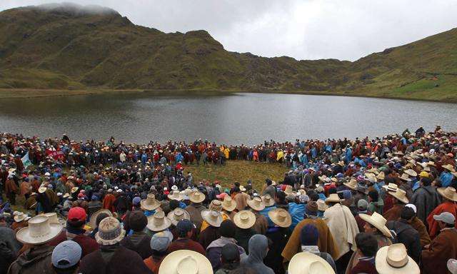 Indigenas y campesinos en la laguna conga