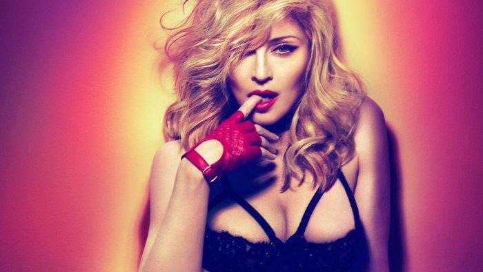 Madonna posa de manera provocadora