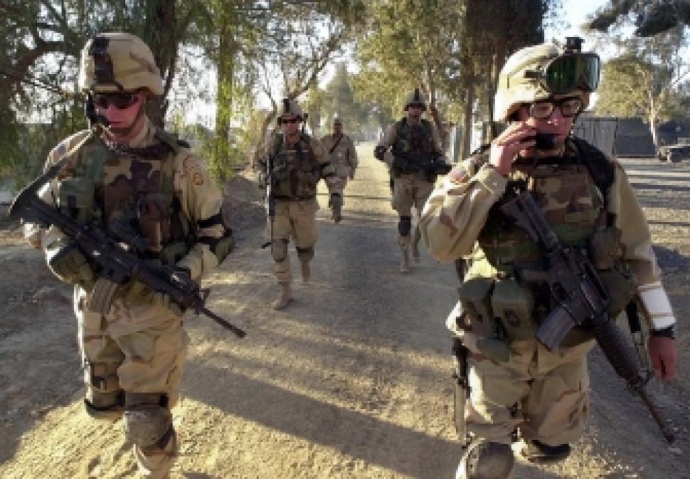 Grupo de marines camina en calles de Nigeria
