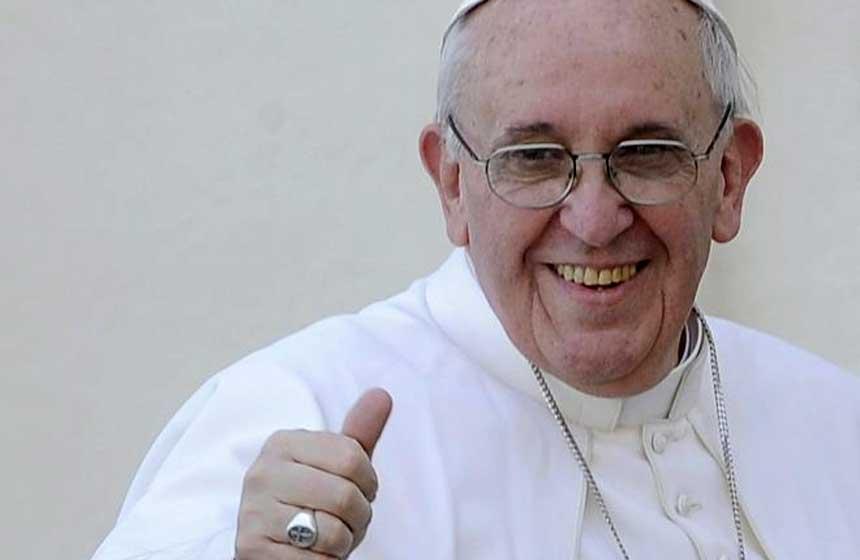 Close up Papa Francisco sonriendo con gesto de ok