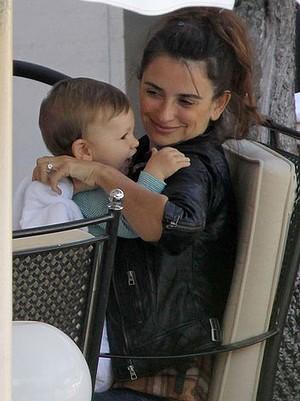 Penélope Cruz con su hijo Leo