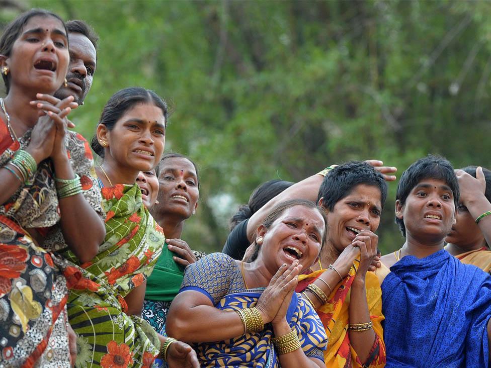 Familiares y conocidos de las niñas violadas y ahorcadas en India