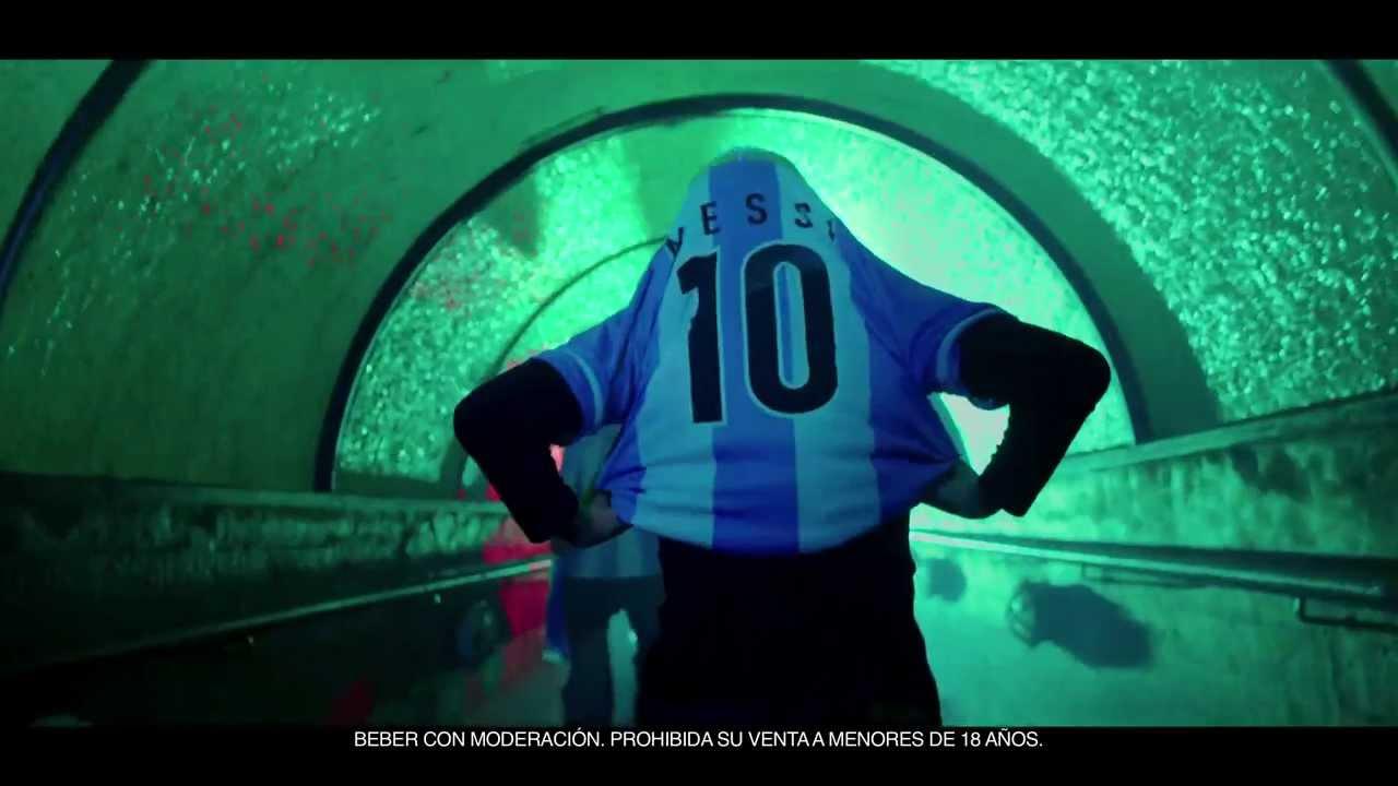 Messi de espaldas túnel de salida al campo