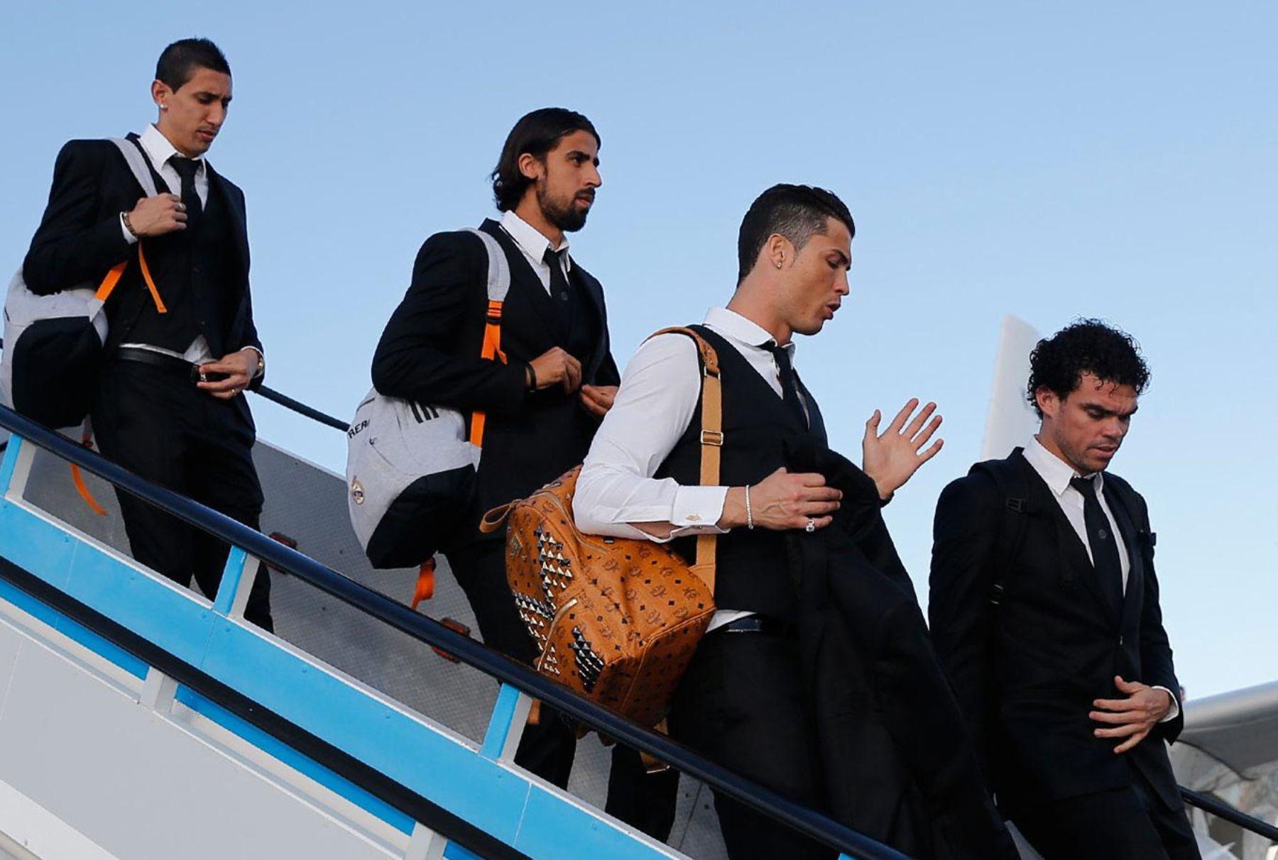 Jugadores del Real Madrid desciende del avión llegando a Lisboa