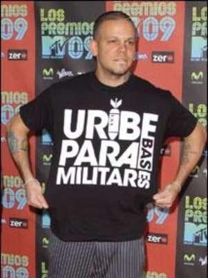 René González muestra camiseta Uribe Paramilitar