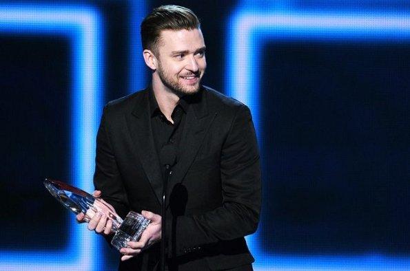 Justin Timberlake con uno de las estatuillas