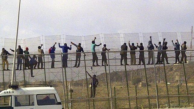 Inmigrantes celebran en la valla de Melilla