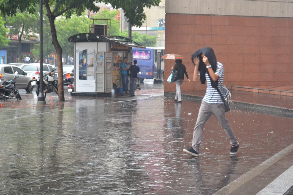 Lluvia sorprendió este miércoles en la Capital