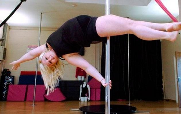 Chica con sobrepeso bailando Pole Dance
