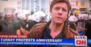 Iván Watson periodista de CNN al momento de ser detenido en Turquia