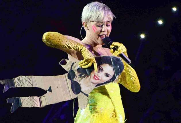 Miley Cyrus se burla de Selena Gómez