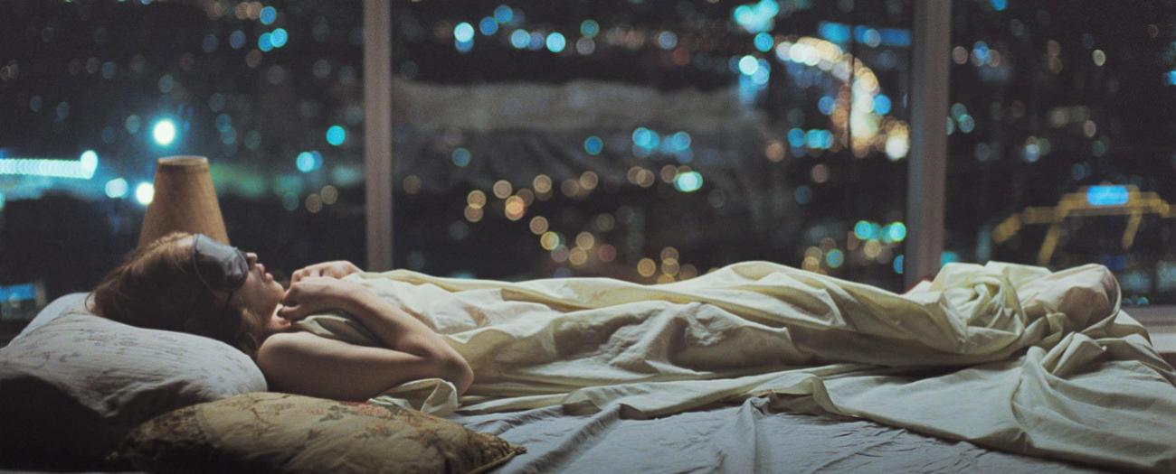 Mujer en la cama trata de dormir