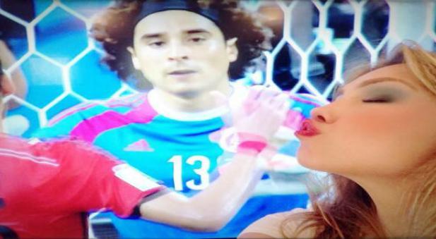 Thalia besa imagen de Memo Ochoa en el monitor
