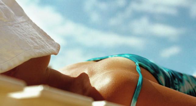 Mujer tomando sol