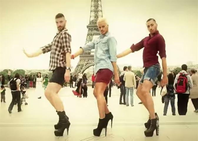 Yanis Marshall y sus bailarines con tacones en la Torre Eiffel