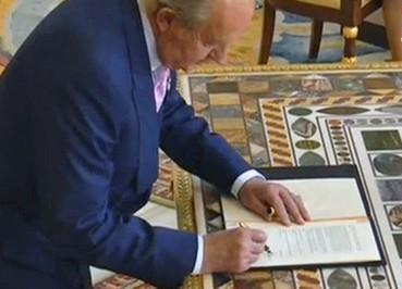 Juan Carlos I firma